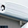 Как убрать снег на крыше, очистка и уборка снега с крыши дома или дачи.